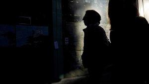 Una mujer camina por una calle del centro de Madrid.
