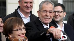 Van der Bellen, después de votar, en Viena.