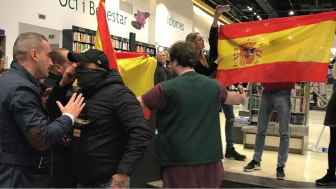 Varios ultras increpan e insultan a Pablo Iglesias en un acto en Barcelona.