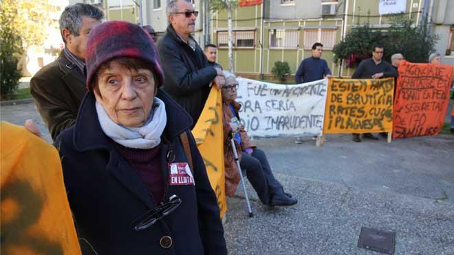Vecinos de Merinals, en Sabadell, protestan por el mal estado de 170 viviendas del barrio. En el vídeo, Francesc Garcia, el presidente de la asociación de vecinos, se dirige a los manifestantes.