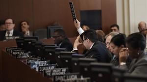 El representante de Venezuela pide la palabra en la reunión extraordinaria de la OEA en Washington.