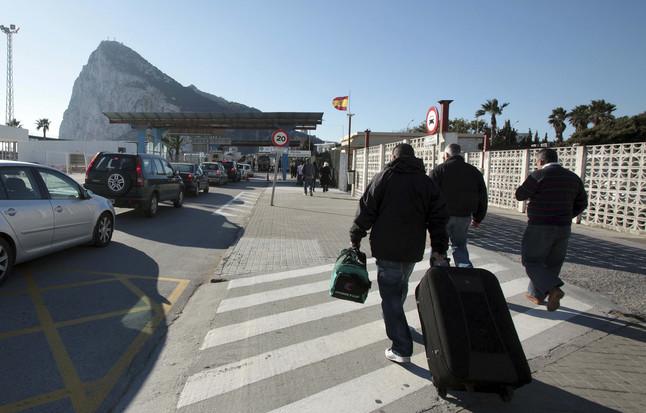 Vista de Gibraltar y del tránsito de coches y personas entre La Línea de la Concepción y el Peñón.