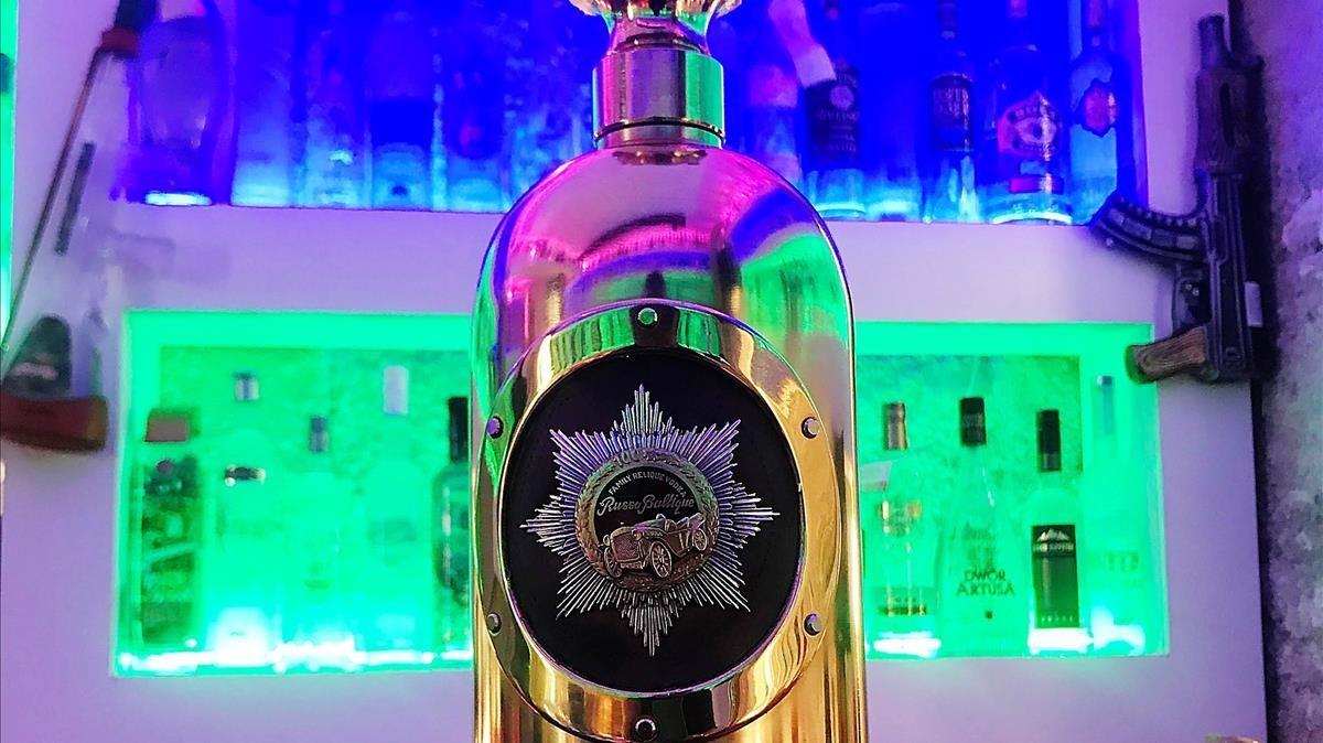 Imagen de archivo de la botella de vodka Russo-Baltique.