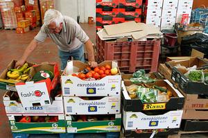 Un voluntario de la oenegé Banco de los Alimentos.