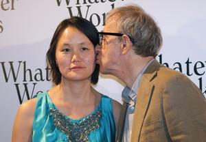 Woody Allen besa a su esposa Soon-Yi Previn, durante una 'premiere' en París, en el 2009.