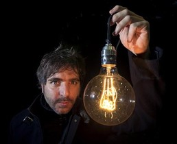 Xavi Àlvarez, con la bombilla que forma parte de la escenografía de 'Montag 451' y que para él representa la luz del teatro.
