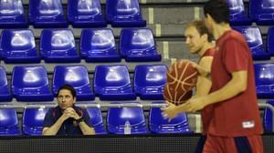 Xavi Pascual observa el trabajo de sus jugadores en un entrenamiento en el Palau