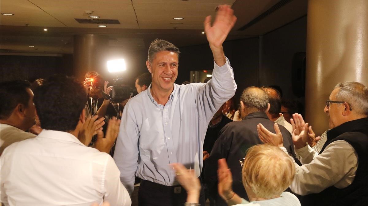 Xavier García Albiol saluda a la militancia tras conocer los resultados electorales.