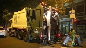 Un camión de recogida de residuos en Barcelona.