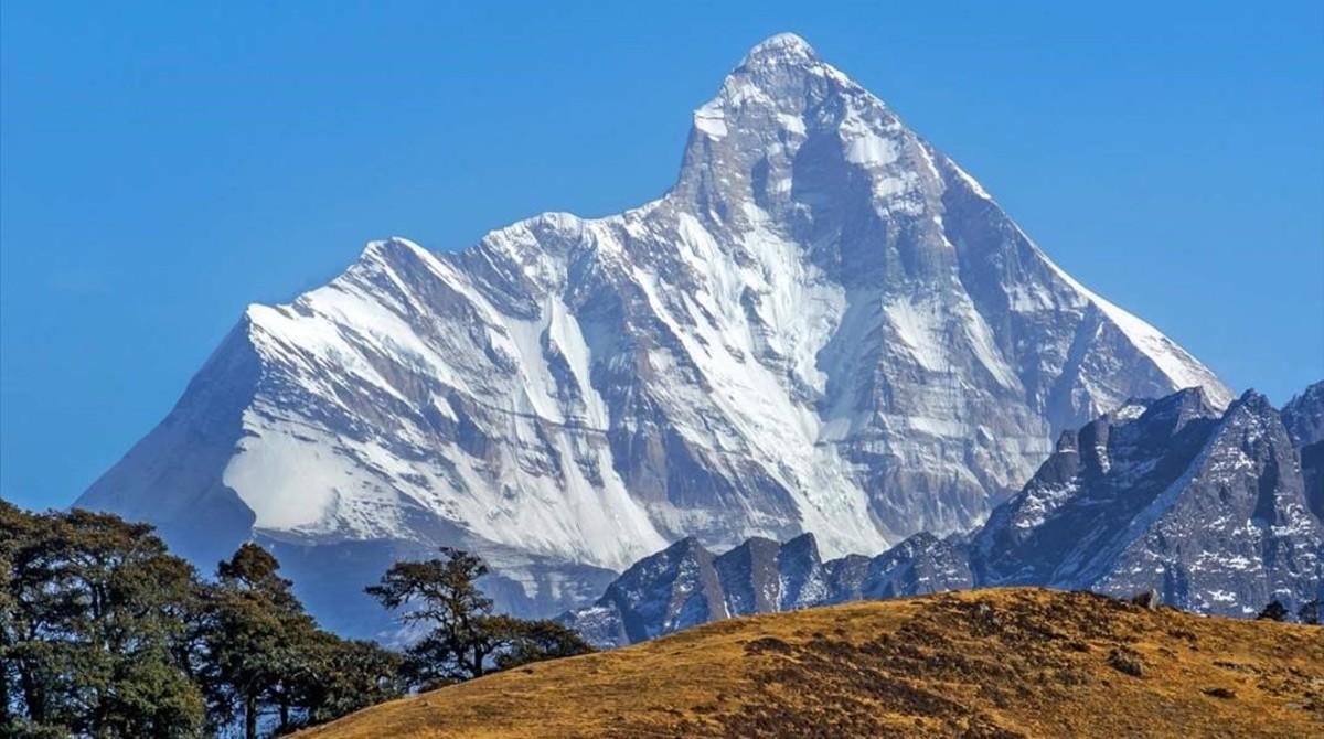 Vista del pico Nanda Nevi, en el Himalaya, que Bill Tilman escaló en 1937 y en cuya expedición se inspira el irónico Hasta arriba.