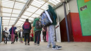 Alumnos en una escuela en barracones de Barcelona.