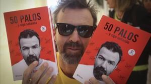 Pau Donés, este domingo firmando su libro 50 palos.