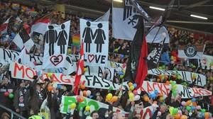 Hinchas del St. Pauli, el club alemán antisfascista, exhiben pancartas reivindicativas.