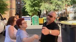 Alejandro López, el padre de Beatriz, increpa a los periodistas quele preguntan por la inocencia de su hija.