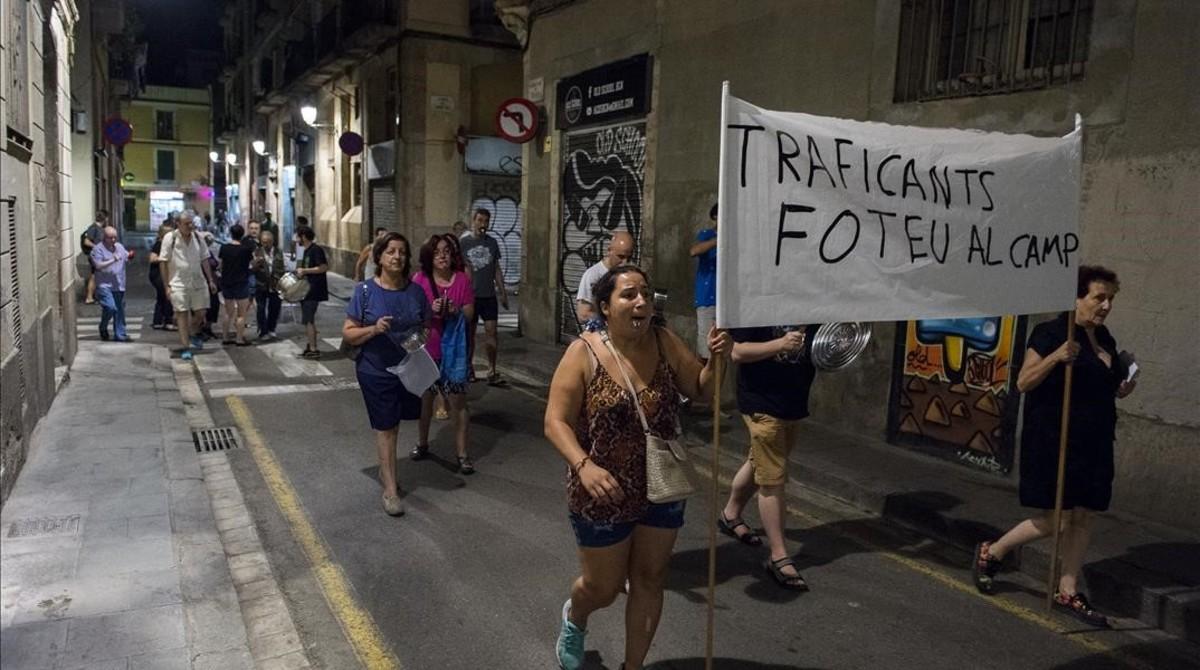 Cacerolada vecinal en protesta por la proliferación de narcopisos en el barrio del Raval.