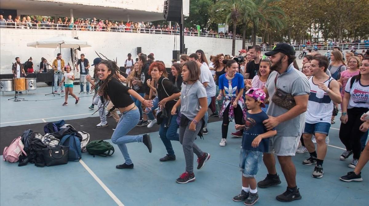 Variopintogrupo de bailarines en el espacioRitme al Carrerdel parque de la Trinitat, en las fiestas de la Mercè.
