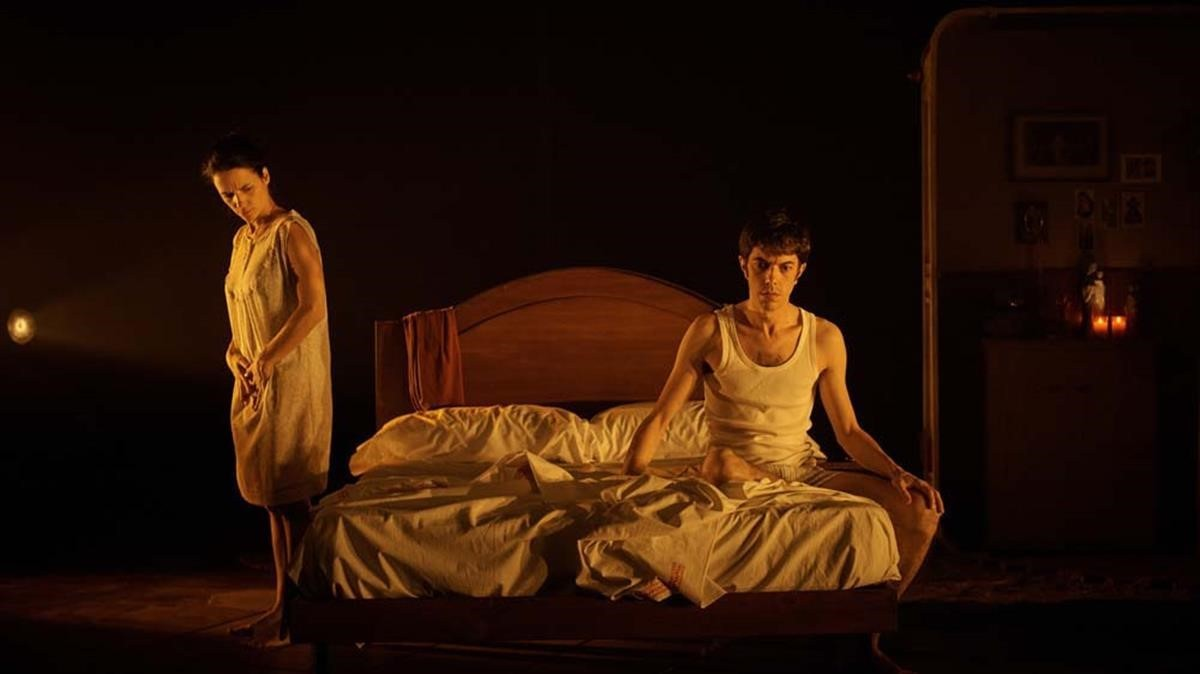 Muguet Franc y Guillem Motos, en una escena de 'Els nens desagraïts', de Llàtzer Garcia.