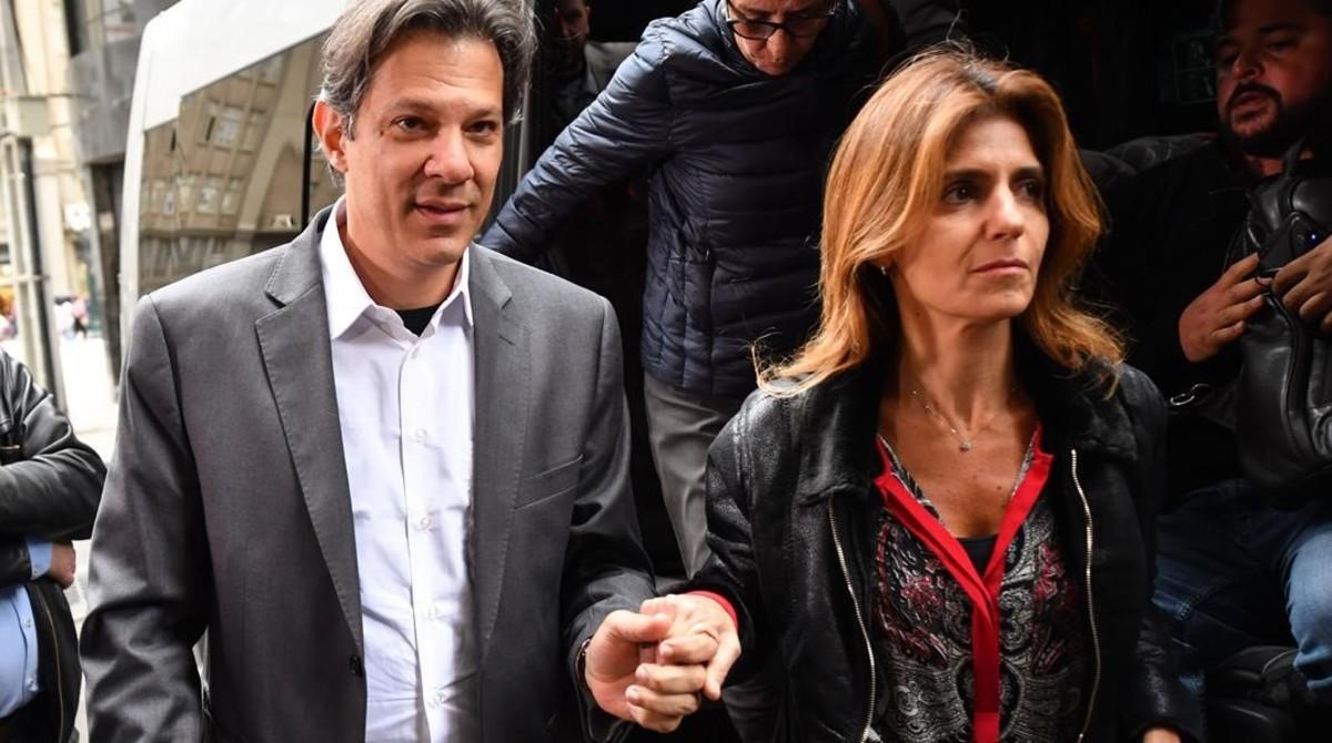 Fernando Haddad y su esposa, Ana Estela, llegan a la reunión extraordinaria de la ejecutiva del Partido de los Trabajadores, en Curitiba, el 11 de septiembre del 2018.