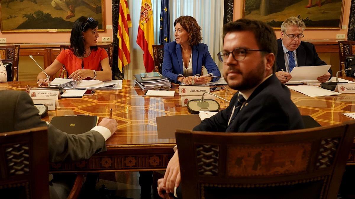 El 'vicepresident' del Govern i 'conseller' de Economía y Hacienda, PereAragonès, sentado frente a la secretaria de Estado de Hacienda, Inés Bardón.