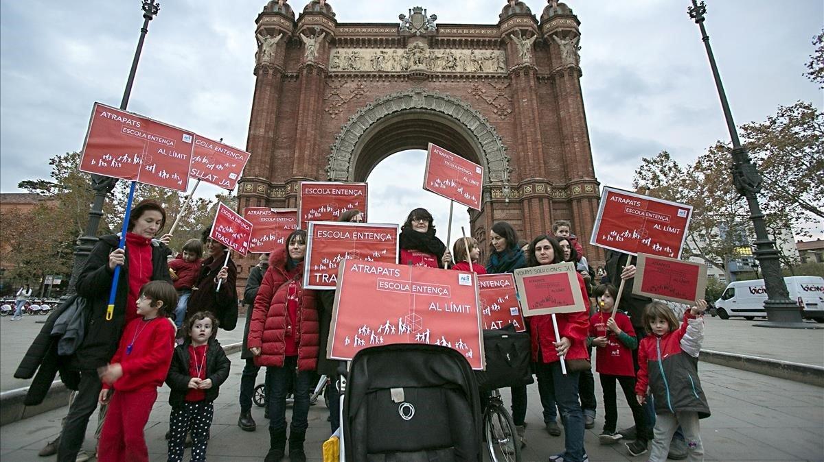 Protesta, el pasado diciembre, de familias de la escuela Entença, en el Eixample, para exigir la construcción de un nuevo centro.