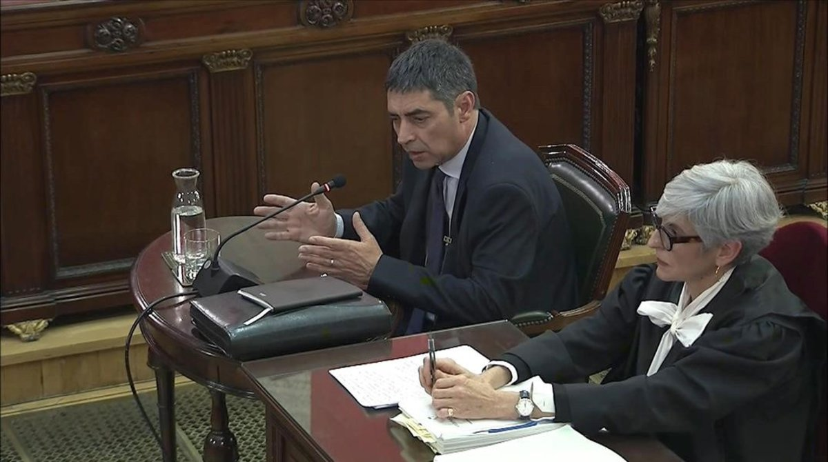Josep Lluís Trapero y su abogada, Olga Tubau, durante su declaración en el Supremo.