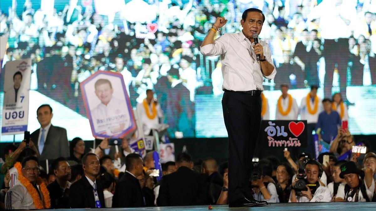 El líder de la junta militar y primer ministro tailandés,el general golpista Prayuth Chan-ocha,candidato a los comicios por el partido Palang Pracharat,interviene durante el último acto electoral celebrado en Bangkok el 22 de marzo de 2019.