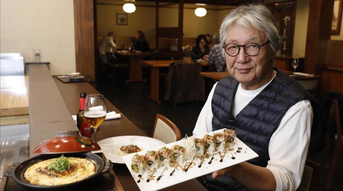 El propietario del restaurante Yashima, Yoshi Yamashita, posa con tres platos elaborados con anguila:rissotto con anguila,revuelto de anguila con tofu y sushi de anguila.