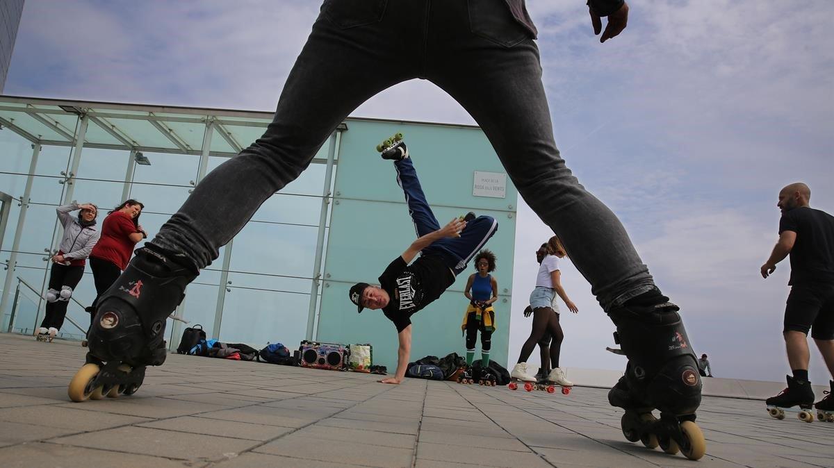 Quedada con patines bajo el Vela. Philippe hace piruetas delante de Michelle (al fondo, con calcetines verdes), la fundadora de BCN Roller Dance.