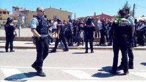 Despliegue de Mossos dEsquadra en Verges tras el enfrentamiento por los lazos amarillos