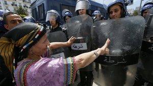 Una mujer protesta frente a la policía en Argel (Argelia).