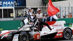 Buemi, Nakajima (con casco, en el asiento del piloto) y Alonso celebran su triunfo enn la última edición de las 24 horas de Le Mans.