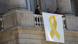 Colau penja el llaç groc a l'Ajuntament de Barcelona