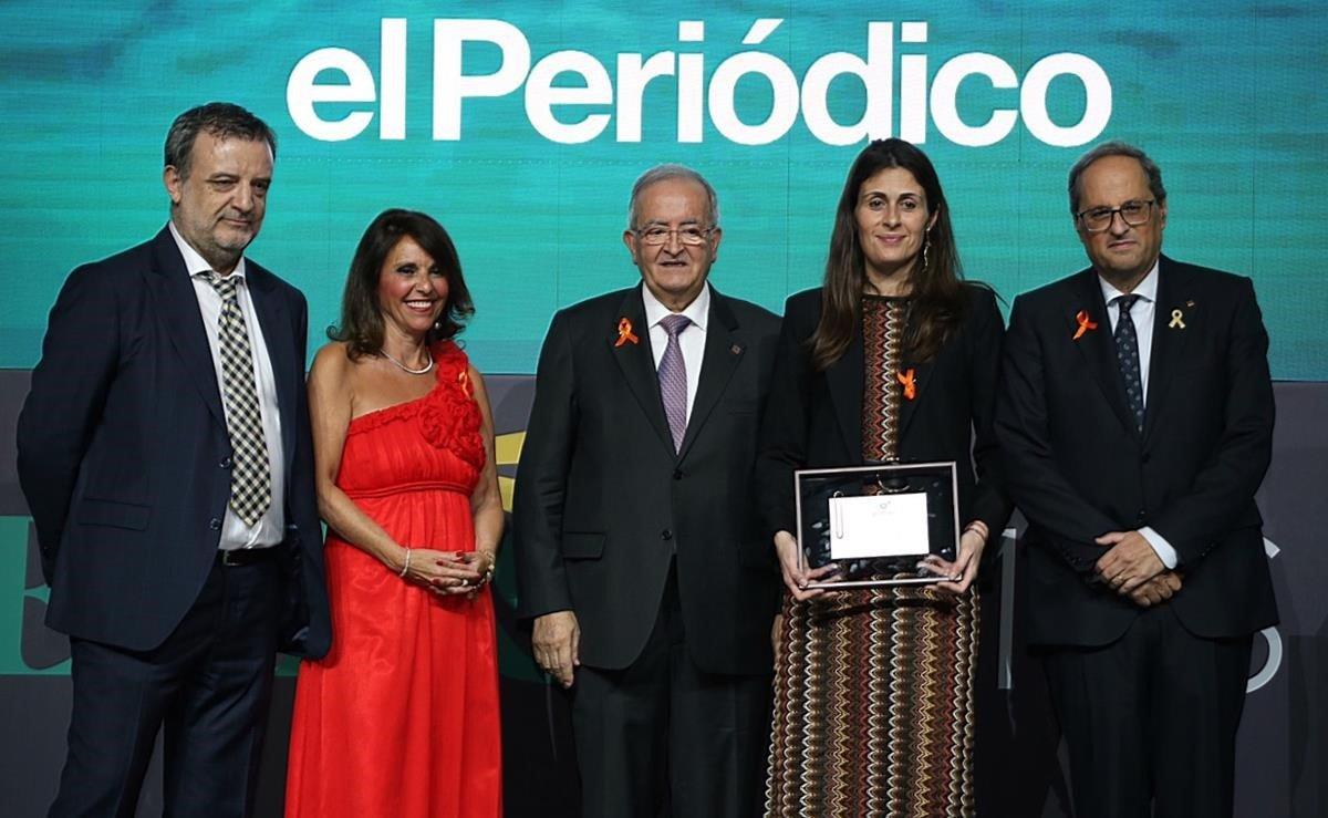 La directora de EL PERIÓDICO, Anna Cristeto (centro), flanqueada por el 'president'de la Generalitat, Quim Torra (derecha), y el presidente de Pimec, Josep González (izquierda) y junto al jefe de la sección de Economía, Agustí Sala; en la entrega de premios al Mejor trabajo periodístico entregado por Pimec.