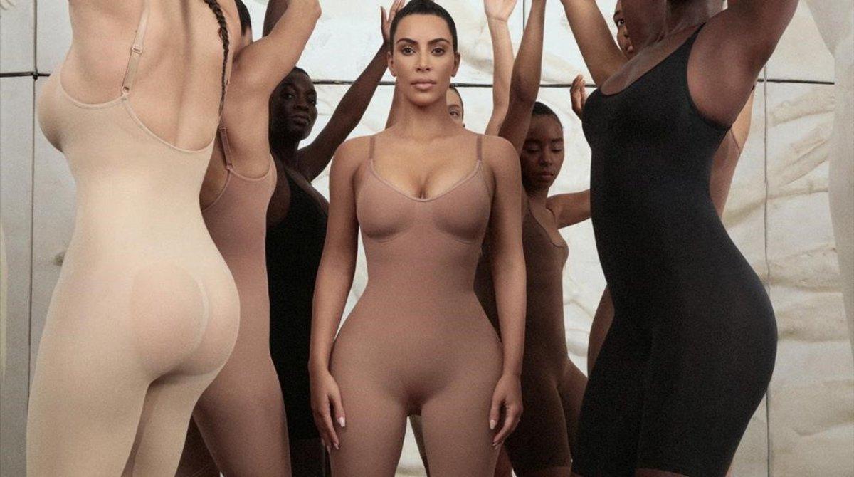 Kim Kardashian y otras modelos con la polémica faja que ella ha patentado como kimono.