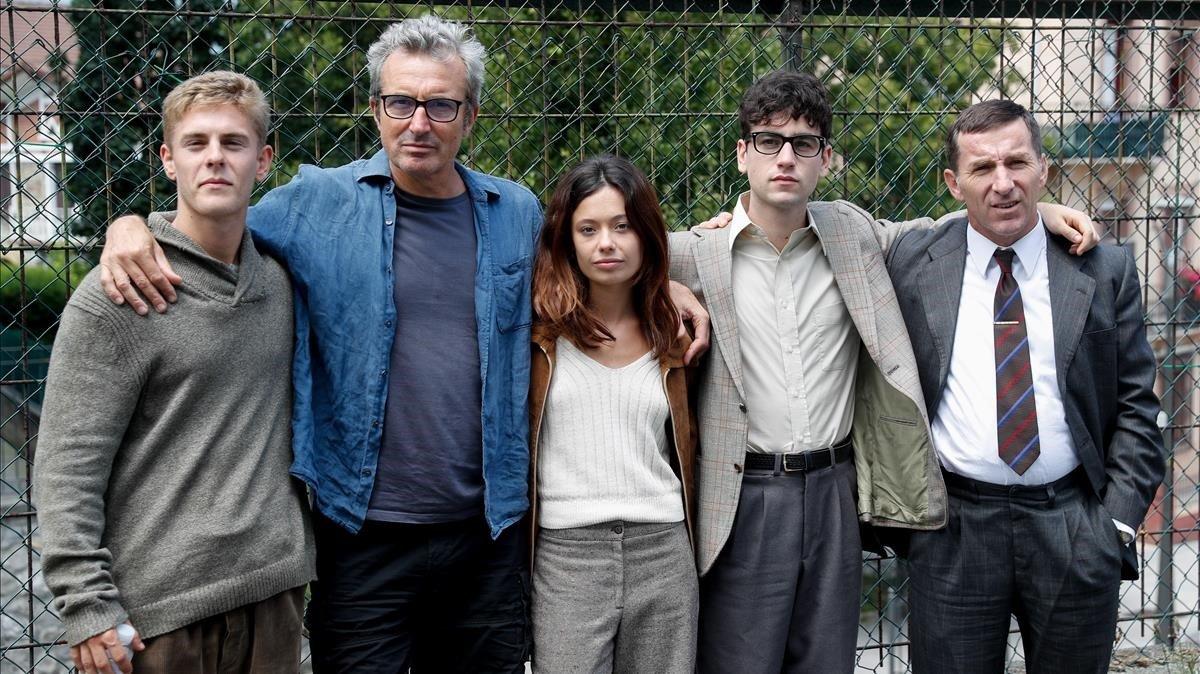 El director Mariano Barroso (segundo por la izquierda)posa junto a los actoresÁlex Monner,Antonio de la Torre,Anna Castillo yPatrick Criado,en un descanso del rodaje de la serie 'La líneainvisible'.