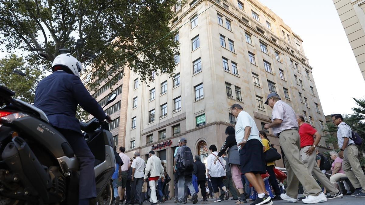 Uno de los expedientes investigados corresponde a pisos turísticos ubicados en este inmueble de la plaza de Catalunya.