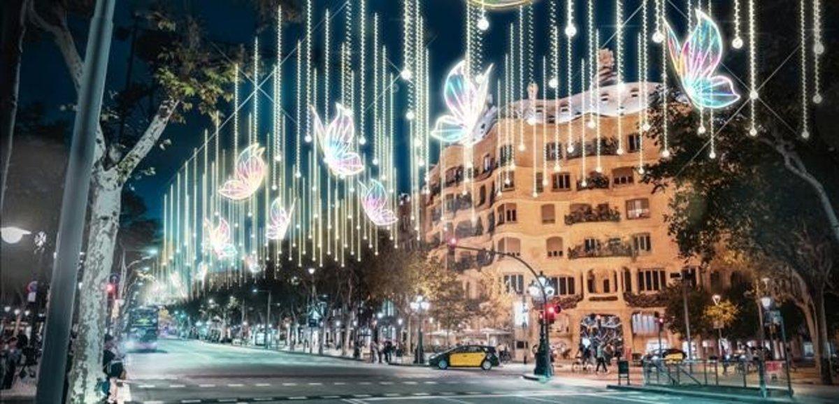 Recreación de las luces navideñas en el paseo de Gràcia, con la Pedrera al fondo.