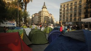 La plaza de la Universitat de Barcelona, a media tarde, repleta de tiendas de campaña.