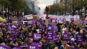 Milers de persones desfilen a França contra la violència masclista