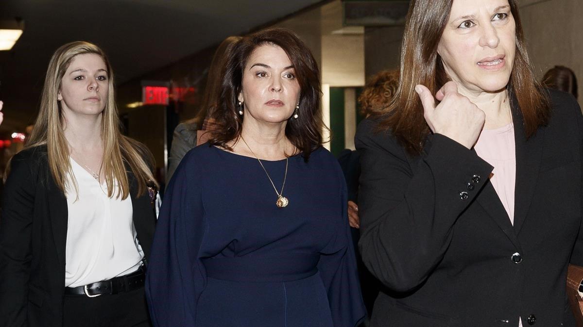 Annabella Sciorrallega al juzgado para declarar como testigo contra Harvey Weinstein, en Nueva York, este jueves.