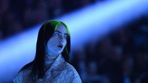 Billie Eilish, en un momento de su actuación en los Grammy. //ROBYN BECK / AFP