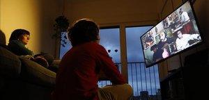 Una familia sigue un concierto virtual de El Petit de Cal Eril.