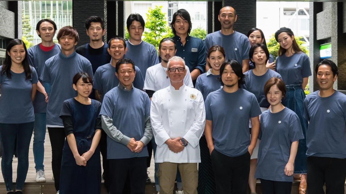 Joan Escribà(con filipina blanca) en el Xiringuito de l'Escribàde Tokyo, hace 2 años
