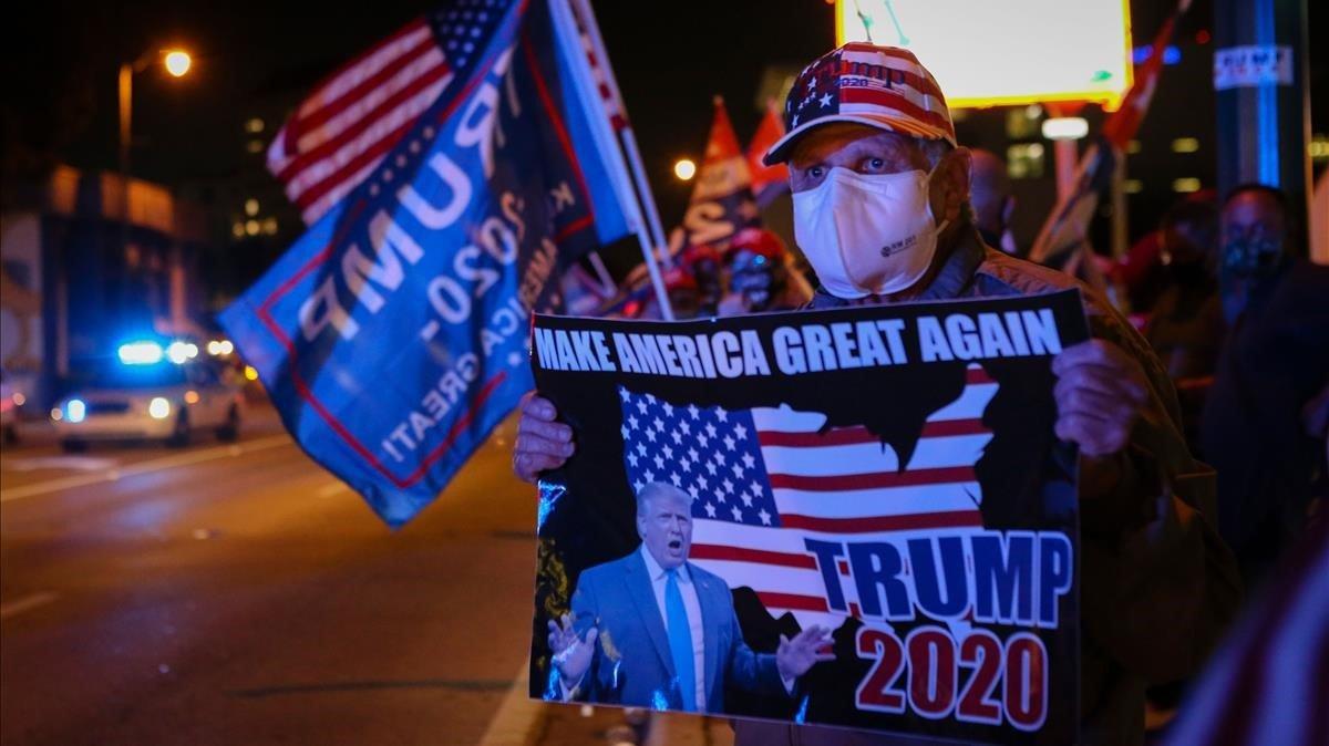 Los partidarios del presidente de los Estados Unidos, Donald Trump, frente al restaurante cubano Versailles en Miami, Florida.
