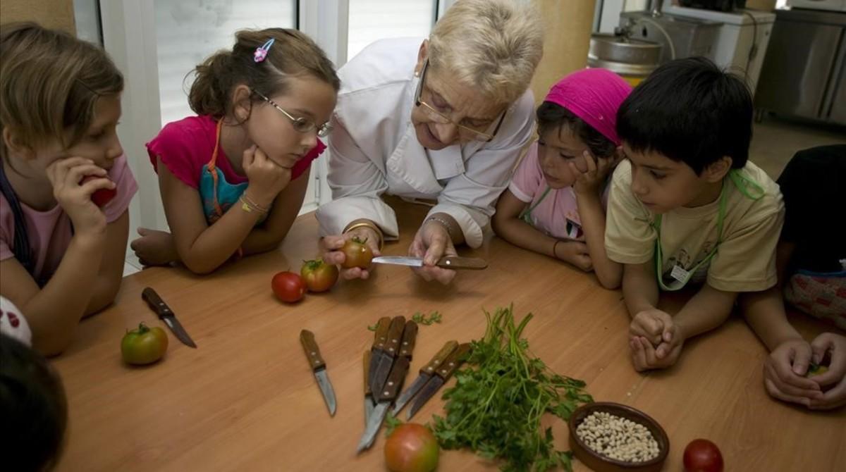 La cocinera Eulàlia Fargas, en un taller de cocina en su escuela del Mercado de la Boquería.