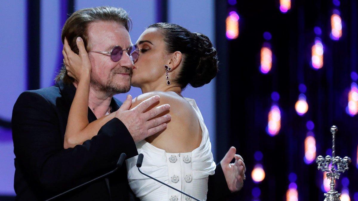Penélope Cruz besa a Bono, anoche en San Sebastián.