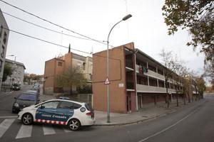 Un cotxe dels Mossos dEsquadra al carrer Vicenç Montal, aquest dimecres, al barri de la Trinitat.