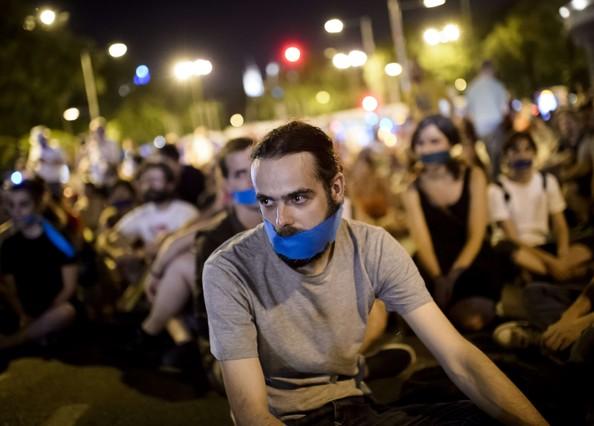 Manifestants davant el Congrés, ahir a la nit, amb un mocador a la boca per protestar contra la llei mordassa.