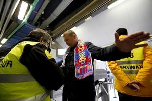 Controls policials al Bernabéu.