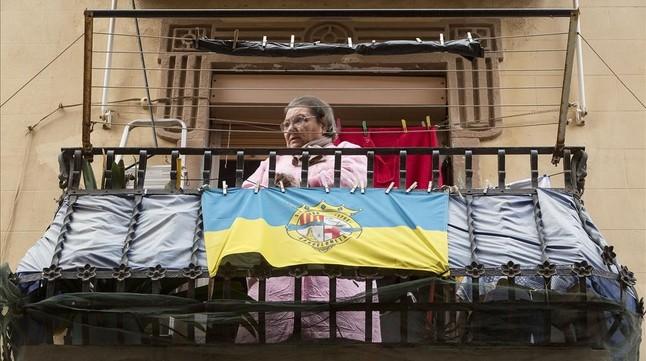 La bandera de la Barceloneta ondea en el balcón de una vecina.